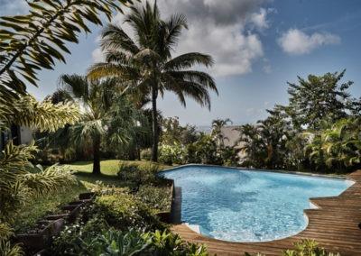 Vue depuis la Villa Roméo sur le jardin et la piscine