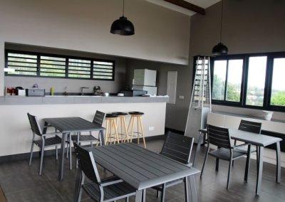 La terrasse vue mer de la Villa Roméo, chambre d'hôtes de charme sur la Réunion : petit déjeuner et diner faits maison